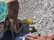 Paare ficken heimlich am Strand