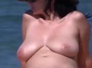 Reife Mutter zeigt Titten und Fotze