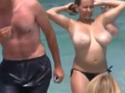 Junges Mädchen mit verdammt grossen Brüsten