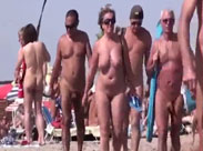 Nackte laufen zum Strand