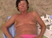 Oma masturbiert am Strand