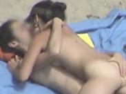 Frau liegt auf ihrem Freund und fickt mit ihm