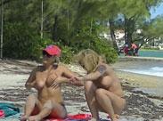 Junge Mädchen zeigen freiwillig ihre Titten