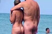 Nackte Menschen am Strand beobachtet
