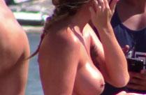 Hübsche junge Mädchen zeigen ihre Titten