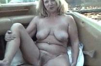 Hausfrau zeigt sich gerne nackt