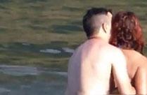 Paar fickt heimlich im Wasser