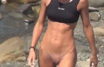 Geil trainierte Schlampe nackt am Strand