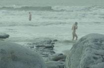 Nackt baden im kalten Wasser