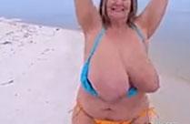 Fette Frau wackelt mit ihren dicken Titten