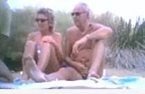 Mann schaut seiner Frau beim Sex zu
