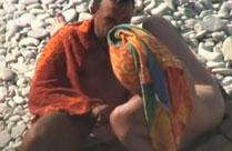 Mann wichst am Strand