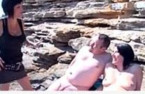 Paar zum Sex am Strand überredet