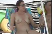 Frau heimlich am Strand gefilmt