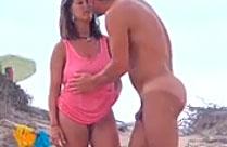 Heisse Hausfrau am Strand
