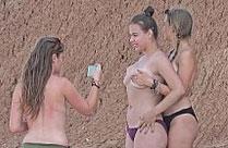 Drei junge Mädchen mit sexy Titten