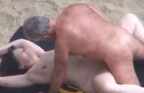 Junge und reife Paare ficken am Strand