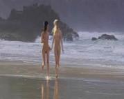 Junge Teens spielen am Strand