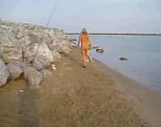 Reife Blondine geht nackt baden