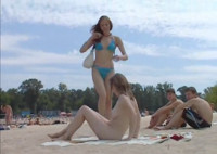 Zwei junge Teens sonnen sich vollkommen nackt