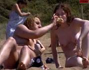 Beste Freundinnen nackt am Strand