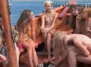 Ein Boot voller nackter Mädchen