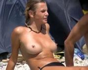 FKKlerin posiert am Strand