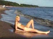 Nackte Blondine an einem normalen Strand