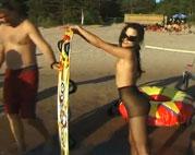 Junges Teen strippt am Strand
