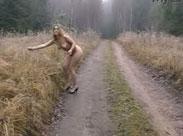 Nackt Spaziergang im Wald