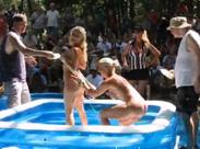 Nackt Wrestling auf Nudisten Fete
