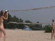 Nackte Mädels spielen am Strand