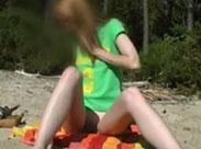 Mädchen zeigen ihre rasierten Muschis