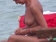 Reife Frauen nackt am FKK Strand