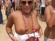 Party Fotzen zeigen ihre Titten am Strand