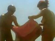 Reife Frauen und Männer am FKK Strand