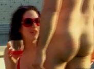 Nudisten spielen Flaschendrehen