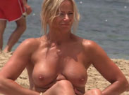 Reife Frau nackt am Strand