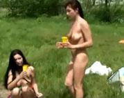 Schamlose Nackte im Park