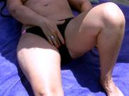Reife Frauen masturbieren heimlich am Strand