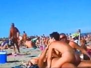 Sex an einem belebten Strandabschnitt