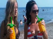 Hübsche Mädchen feiern am Strand