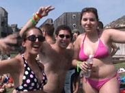 Sexy Studentinnen feiern am Strand