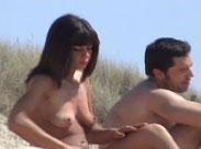 Sexy Brünette nackt am Strand